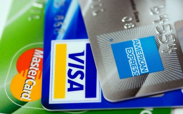 Evita riesgos mientras haces transacciones de dinero en la calle