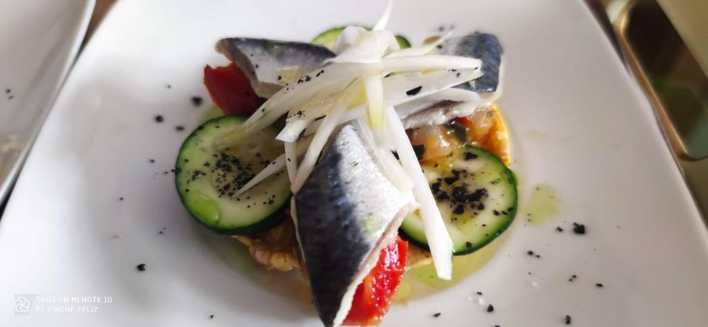 Torta de maíz con pisto, calabacín, sardina marinada y cebolleta tierna