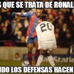 Sabes que se trata de Ronaldinho cuando los defensas hacen esto.