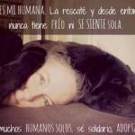 Esta es mi humana. La rescaté y desde entonces nunca tiene frío ni se siente sola. Hay muchos Humanos Solos, sé solidario, Adopta Uno.