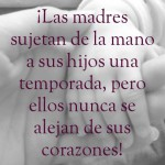 Las madres sujetan de la mano a sus hijos