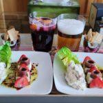 Ensalada de queso fresco y fresas, vinagreta cortada, mayonesa de anchoa y alcaparras