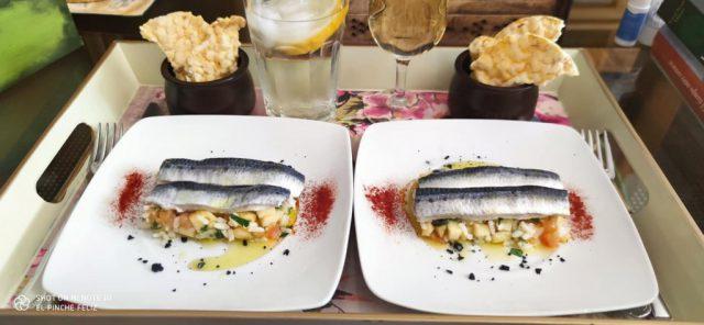 Lomitos de sardina marinada sobre pipirrana de manzana, tomate, arroz y piel de limón...
