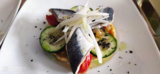 Torta de maíz con pisto, calabacín, sardina marinada y cebolleta tierna...