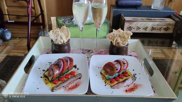 Ensalada de calabacín escaldado, tomate y cebolla morada con anchoas y pimiento encurtido en vinagreta cortada...