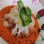 """Ensalada de garbanzos y """"tallarines de patata"""" sobre gazpacho cortado con oliva virgen y sal negra"""