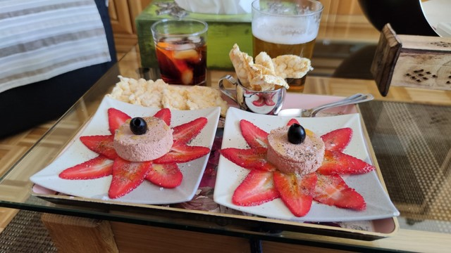 """Menuda tapa!!!! Hoy: """"Mousse de foie sobre carpaccio de fresas y torta de maíz"""", ahí es ná ;D"""