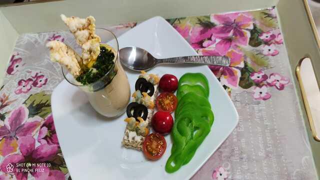 """Hummus de garbanzos con tostita de berberechos y oliva negra, dos """"cherrys"""" y crudite de pimiento verde..."""