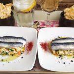 Lomitos de sardina marinada sobre pipirrana de manzana, tomate, arroz y piel de limón