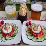 Tartar de fresas con queso fresco y migas de caballa sobre carpaccio de pepino