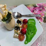 """Hummus de garbanzos con tostita de berberechos y oliva negra, dos """"cherrys"""" y crudite de pimiento verde"""