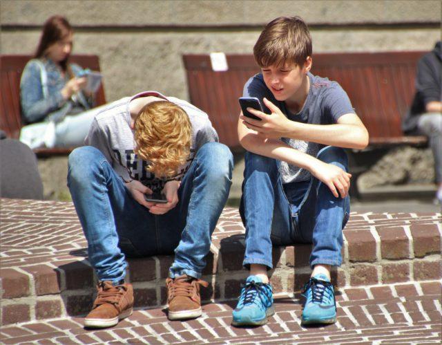 ¿Cómo monitorear el móvil de tus hijos?